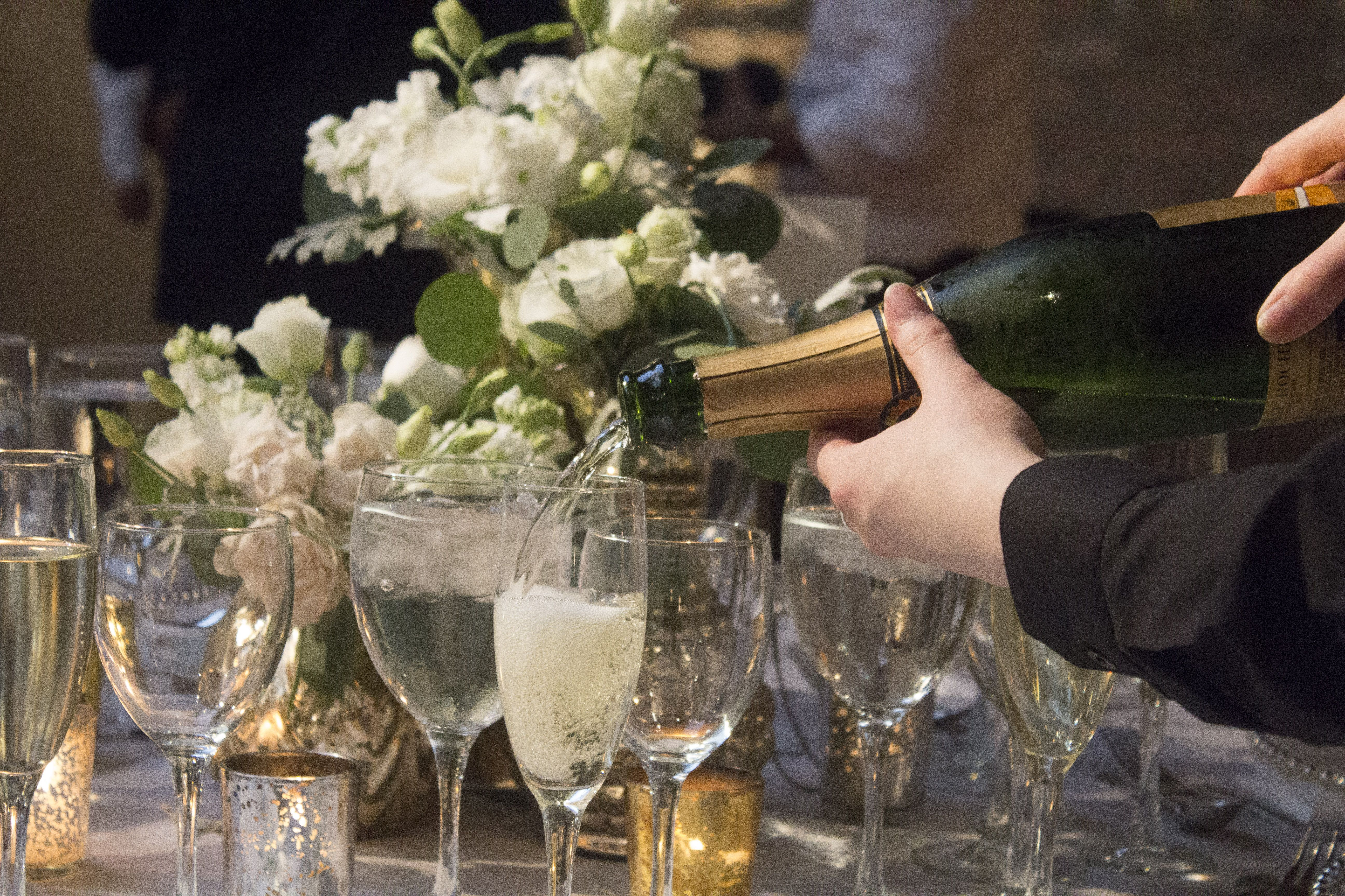 wedding table champagne drinkingglasses flowers centerpiece candles