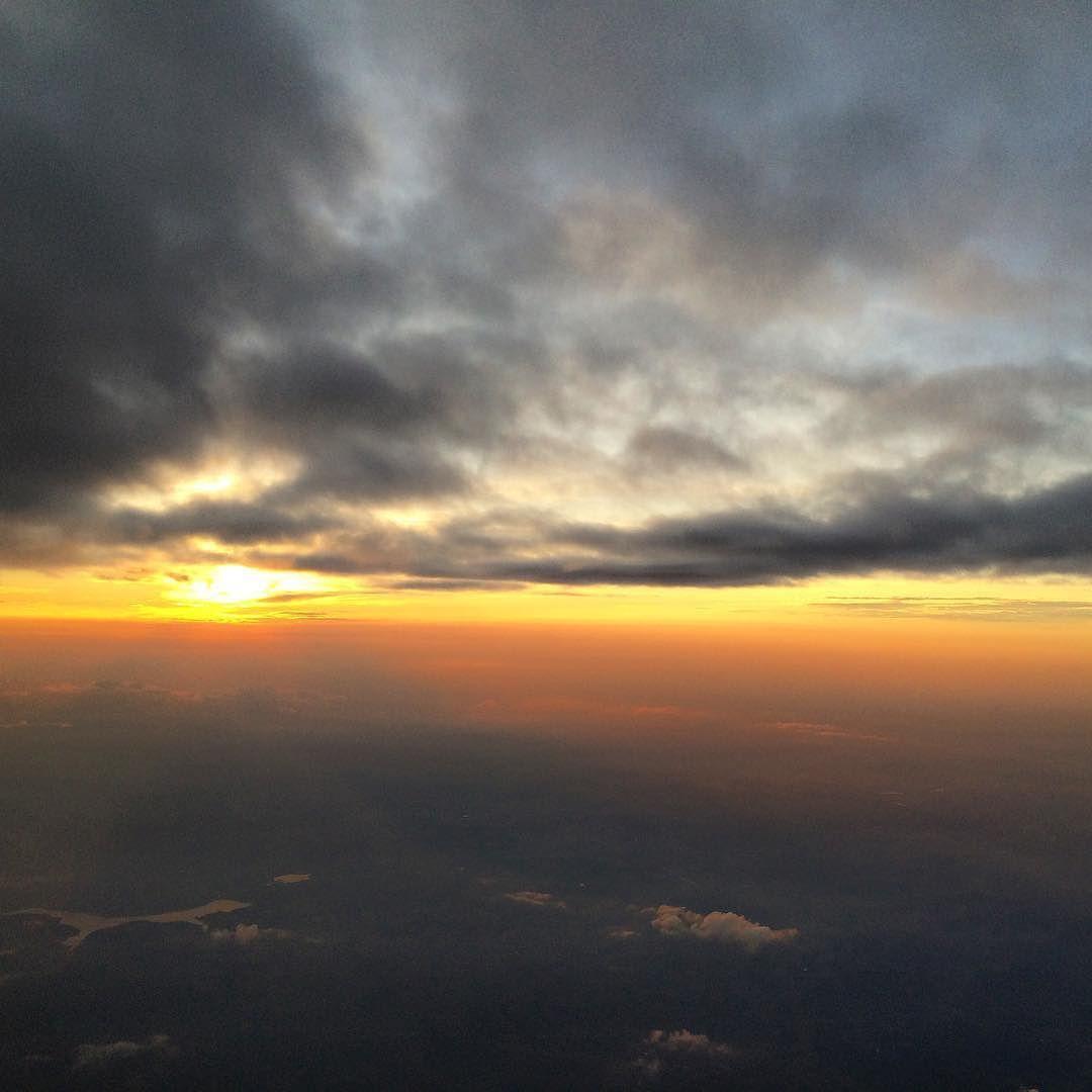 Em algum lugar do mundo tem alguém contemplando o pôr-do-sol...  #pordosol #sunset #abovetheclouds #high #fly #travel #quote #wanderlust #sky #clouds #brasil