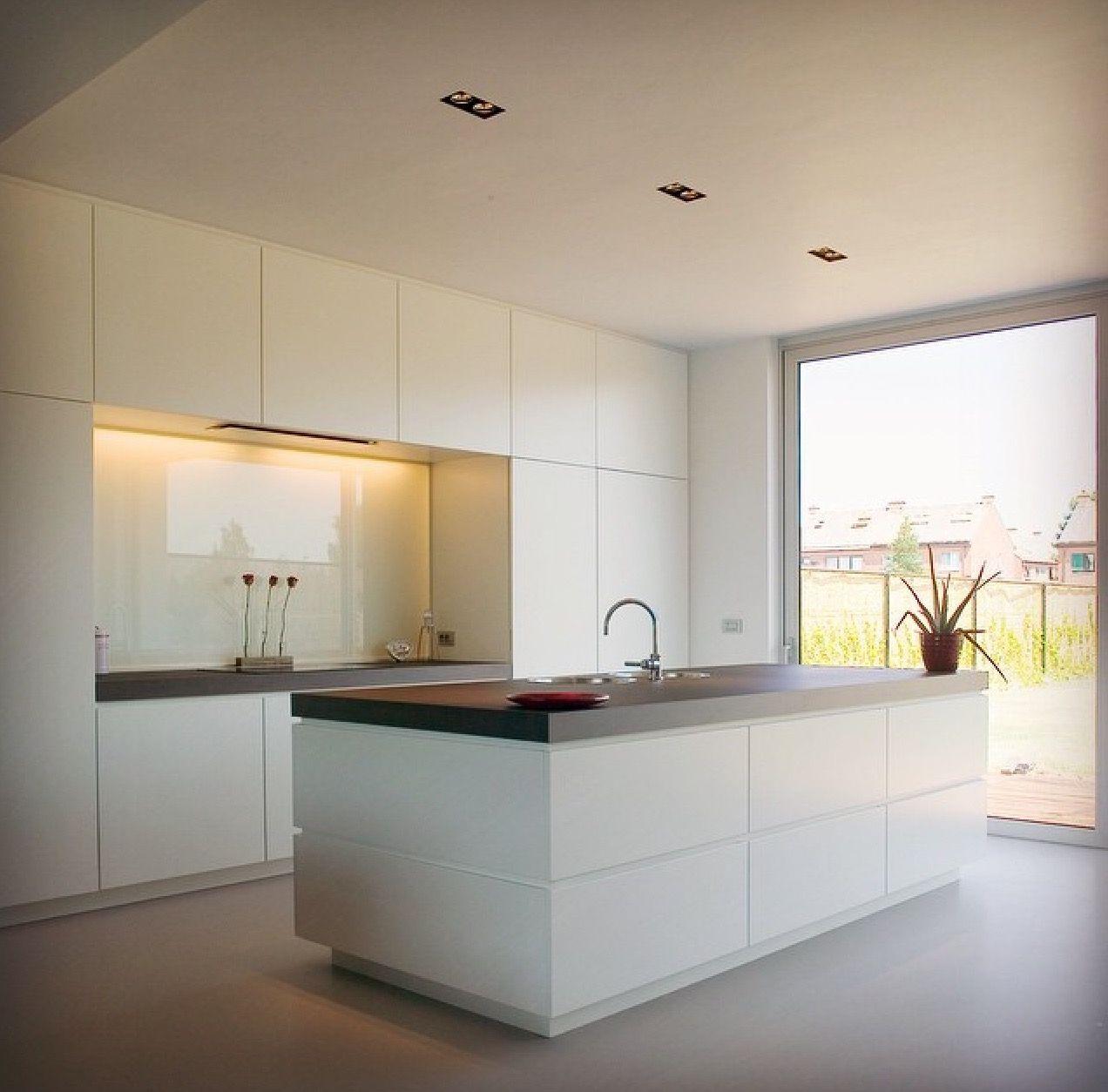 Look total white per una cucina con isola e parete ...