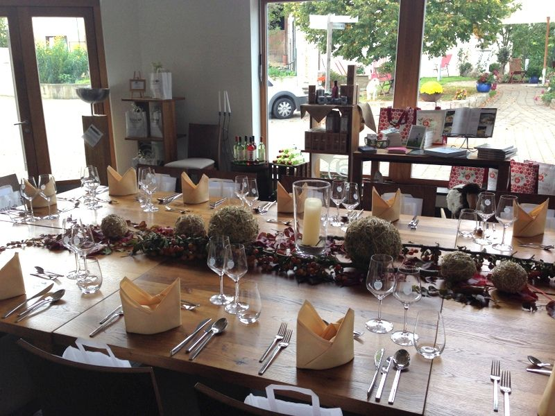 Das Küchenstudio und der schön gedeckten Tisch für den anstehenden ...