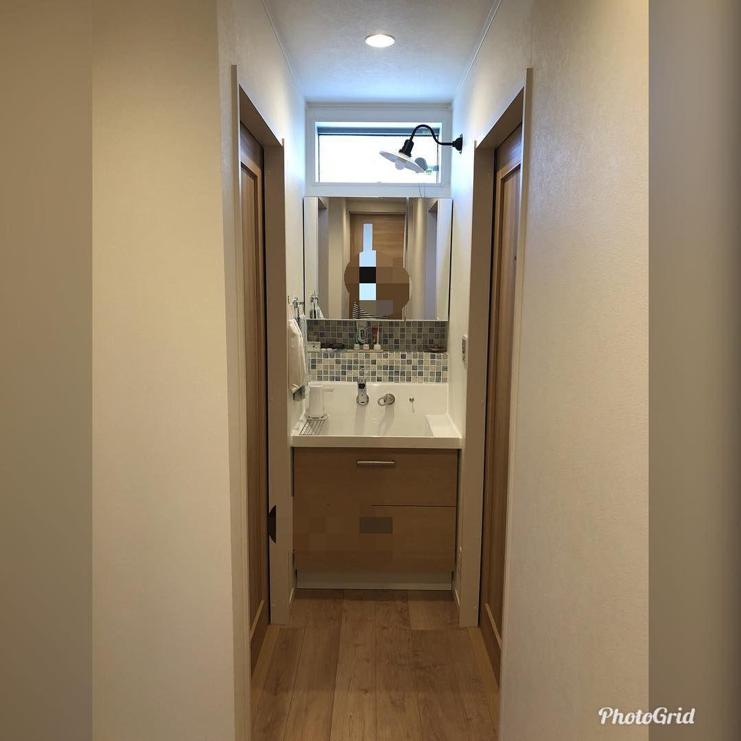 半造作洗面所です 延べ床面積が30坪 と広くないのですが 独立洗面所にしました 1マスしかないので狭いです 両サイドの壁に水はね防止シートを貼りました 下部分はリクシルのピアラを使いました 名古屋タイルと三和カンパニーの鏡を付けて 笠松電機