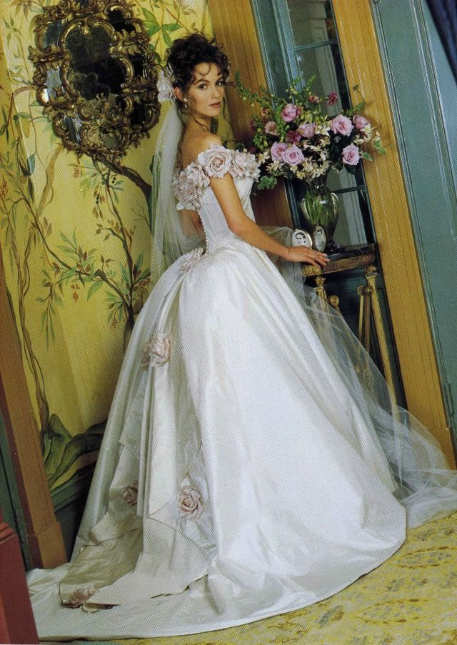 Bride Chic The Best Of The 1990s American Designers 90s Wedding Dress Beautiful Wedding Dresses Wedding Gowns Vintage