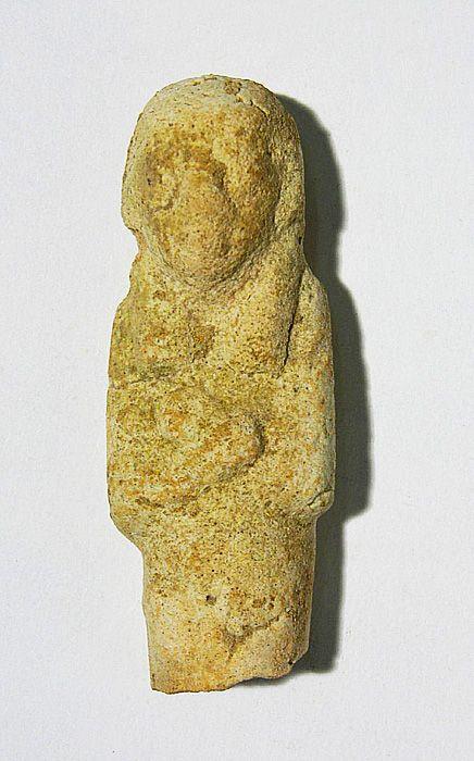Découverte à Chypre, cette figurine phénicienne représente une femme aux bras croisés sur sa poitrine. Faite de faïence vernie, elle est trop dégradée pour que l'on sache à quoi elle se rapportait. #Histoire #Phénicie #CitédesSables http://bit.ly/2zPvGm3 http://bit.ly/2x1Rs4C