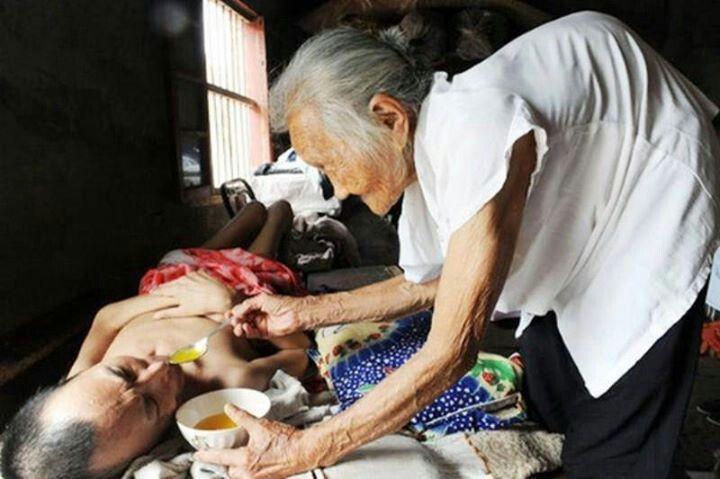 Una madre ejemplar a sus 97 años sigue al pendiente de su hijo paralítico.