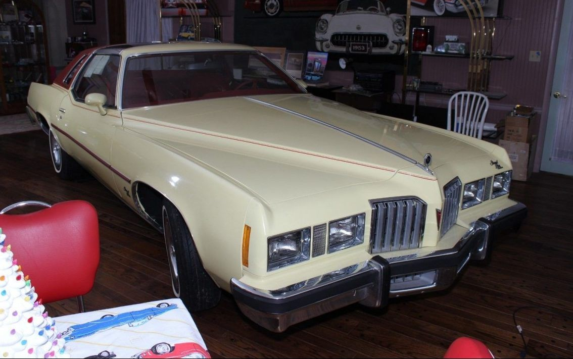 Yes This One Is Real After Having Been Specially Ordered By A Dealer Right At The End Of The Model Year This 1977 Pontiac Grand Grand Prix Voiture Modelisme