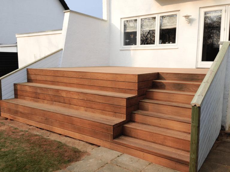 Terrasse med store siddetrin – Vanggaard Tømrer & Snedker