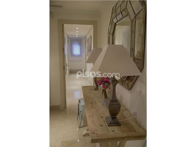 Apartamento en alquiler en Milla de Oro en Lomas de Marbella Club-Puente Romano por 2.500 € /mes