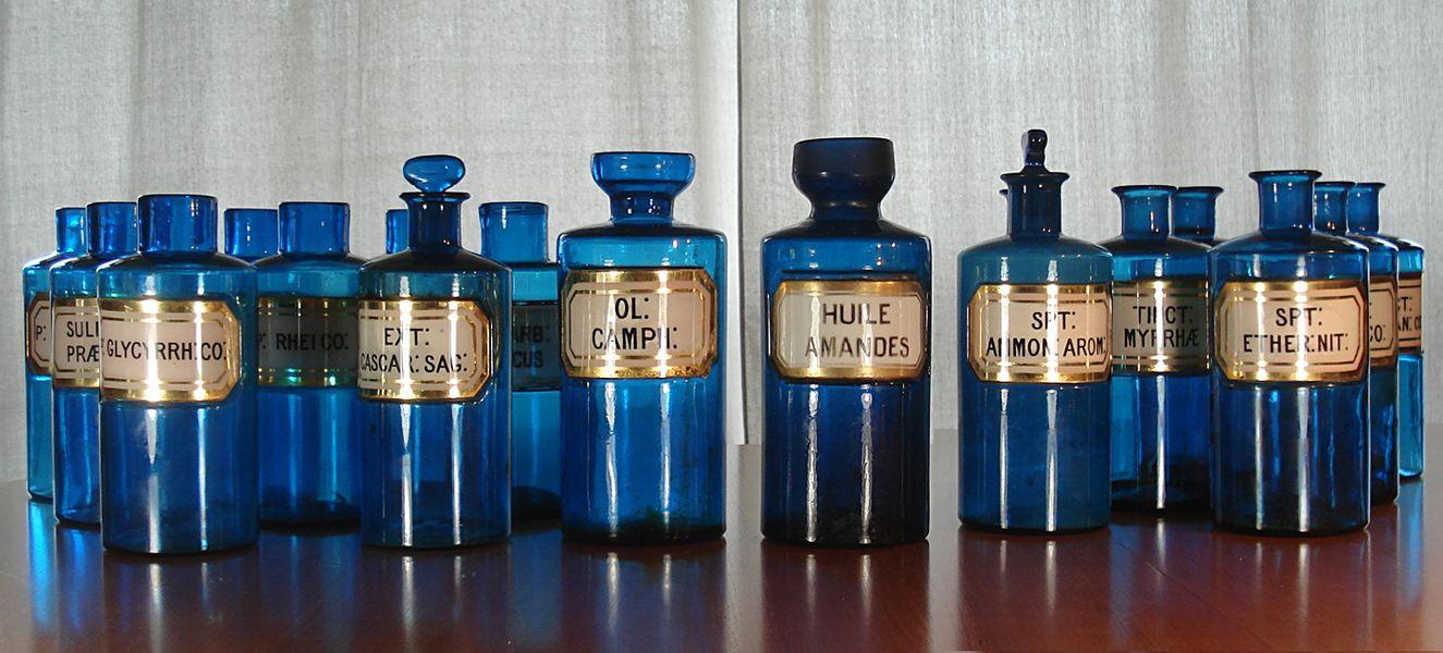 pots et flacons a pharmacie en verre bleu et etiquettes de porcelaine vers 1820 bookology. Black Bedroom Furniture Sets. Home Design Ideas