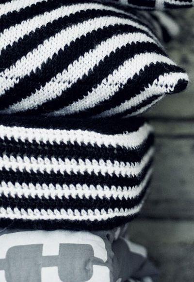 Neulottu vinoraitainen tyynynpäällinen Novita 7 Veljestä   Novita knits