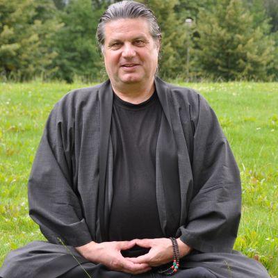 East meets West ist das Motto des ZEN-Lehrers Korai, mit bürgerlichem Namen Peter Stemmann. Er hat im Top-Management-Bereich gearbeitet. Er hat aber auch Antworten gesucht, die er in der westlichen Welt nicht gefunden hat. Deshalb wandte er sich der östlichen Philosophie zu und er zog sich drei Jahre lang, in einem Einzelretreat in ein Waldhaus im Teufelsmoor bei Worpswede zurück. In dem ersten Teil dieses Interviews geht es um ZEN und Korais Erkenntnisse aus diesem Bereich.
