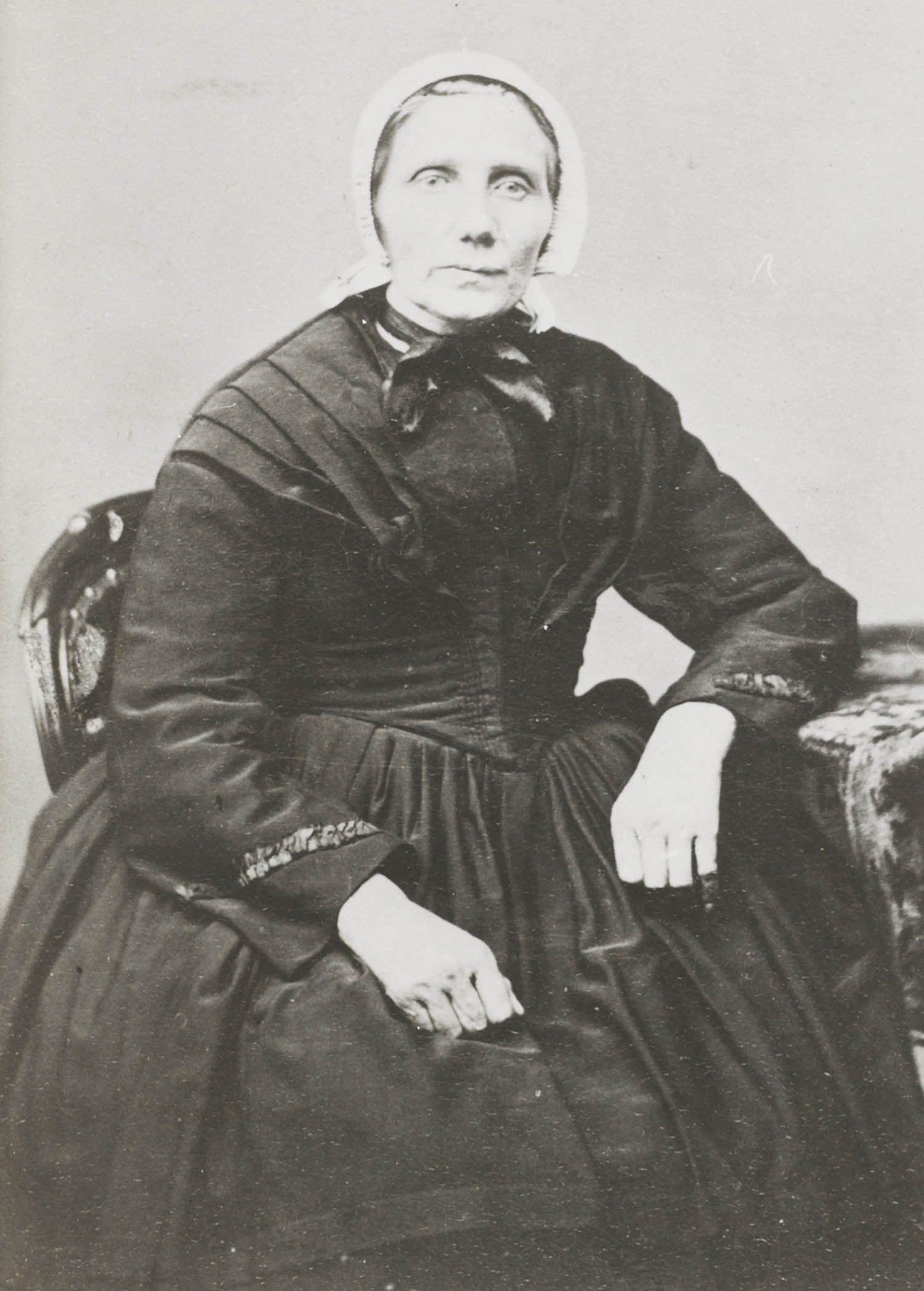 Vrouw in streekdracht uit de Alblasserwaard. 1875