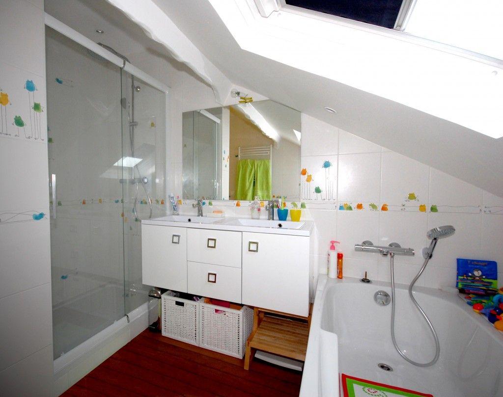 Une grande salle de bains dans les combles | Organizations