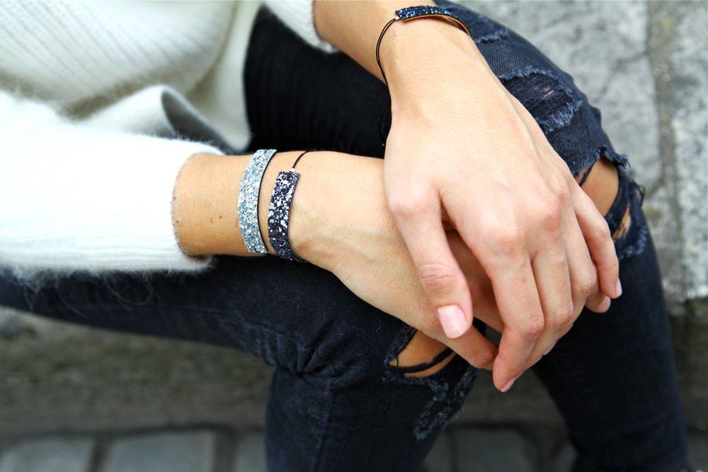 Une petite dose de paillettes à votre poignet :)*Bracelet fabriqué à partir de tissu pailletté épais et résistant, doublé d'un morceau de cuir noir sur le dessous. *1,1cm x 6 cm*Réglable grâce aux liens noirs qui coulissent dans la perle plate. *Envoyé dans son pochon en tissu Chouette Fille.Ce bracelet est disponible en :-Argenté (+ perles en argent)-Doré (+ perles en plaqué or)-Gris (+ perles en argent)-Bleu à reflets (+ perles en plaqué or)-...