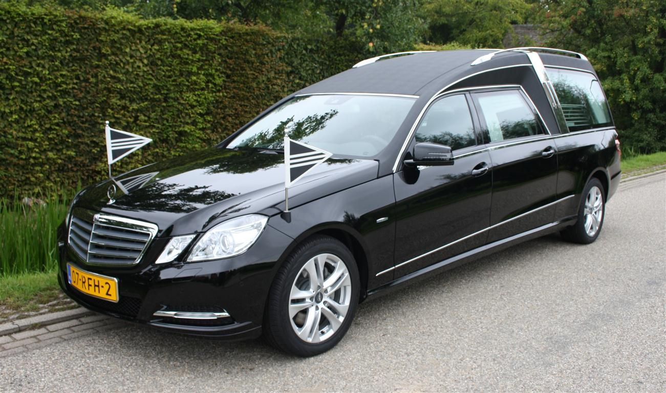 Zwarte mercedes benz 212 rouwauto for Mercedes benz hearse