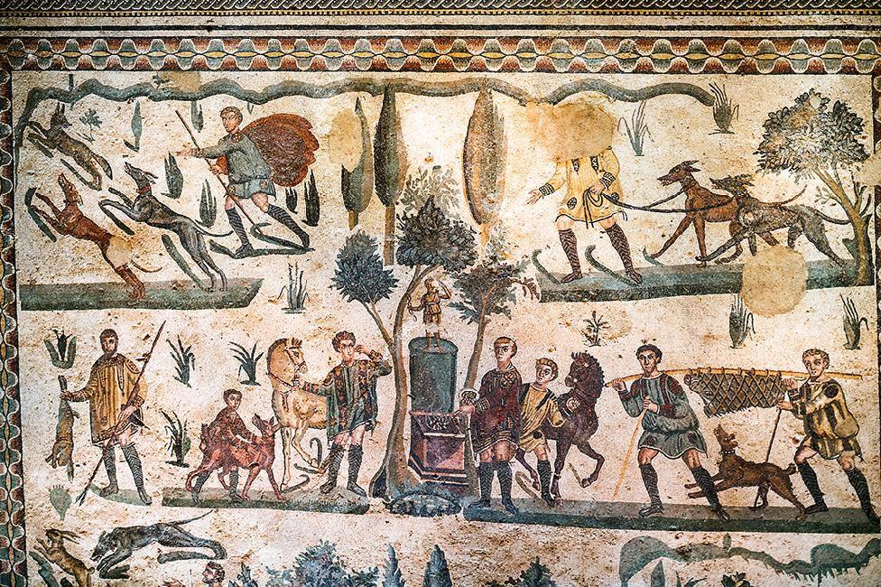 Immagine di http://www.alfiogarozzo.it/editorial/categoria-archeologia/sicilia-piazza-armerina-villa-del-casale/piazza-armerina-villa-romana-del-casale-mosaici-pavimentali-nella-sala-della-piccola-caccia-13375.jpg.