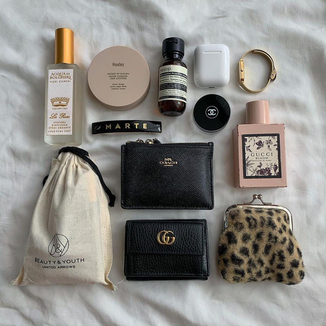 Bagの中身 よく質問いただいてたので 持ち歩いている小物たちです 黒地にgoldが個人的に好きで そればっかり集まる ヒョウ柄のがま口 には リップ3本とハイライトが入って Handbag Essentials Purse Essentials What S In My Purse