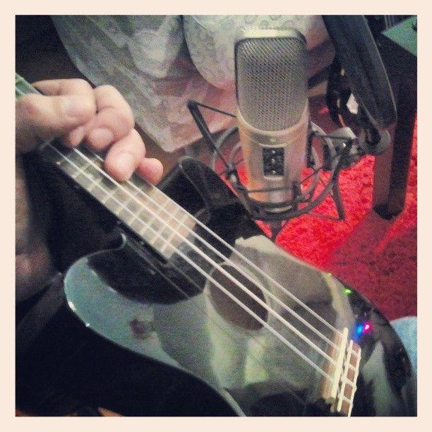 Mio fratello ha abbandonato a casa mia il suo ukulele rock per una lunga storia che comprende un funerale a una porchetta