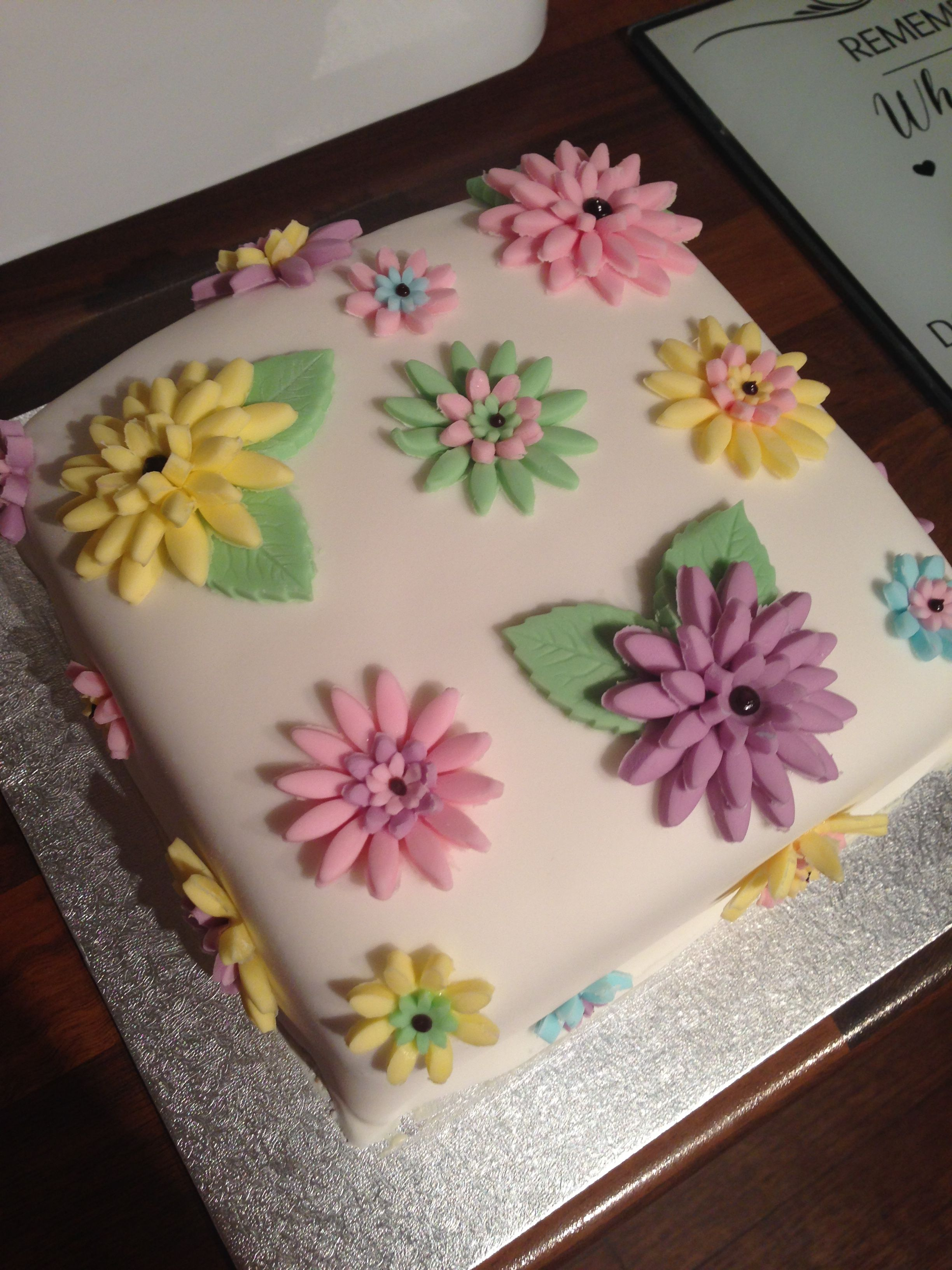 Red velvet and white chocolate buttercream cake cover in icing and flowers 🌸