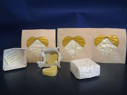 Käsintehtyä saippuaa origamirasiassa ja Iris folding -kortti ekaluokkalaisten tekeminä
