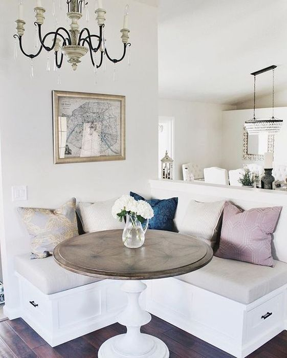Многие считают, что столовая в небольшой квартире – позволительная роскошь, и что организовать её на ограниченных квадратных метрах нереально. Но на самом деле, нужно лишь правильно распределить пространство, подобрать компактную мебель и гармоничные оттенки, чтобы столовая идеально вписалась в интерьер малогабаритки.