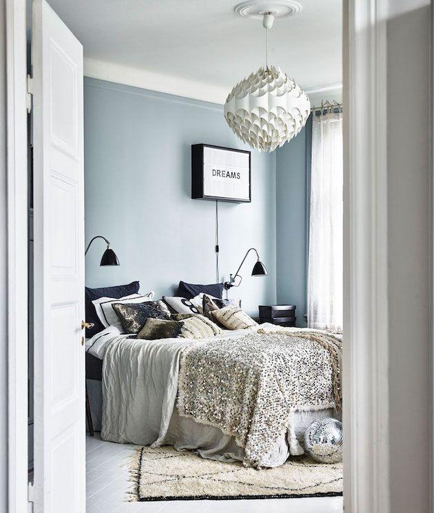 Décoration cabinet de curiosités visite chambre bleu ambiance boho chic plaid dessus de lit a sequins