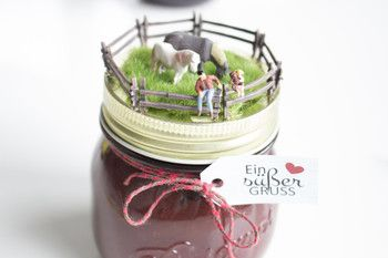Den Deckel dieses Marmeladenglases haben wir mit Pferden, einem Zaun und einer kleinen Wiese geschmückt. Wirkt das nicht süß? Eine tolle kreative Bastelidee zum Selbermachen! Anleitung und Bilder auf www.noch-kreativ.de