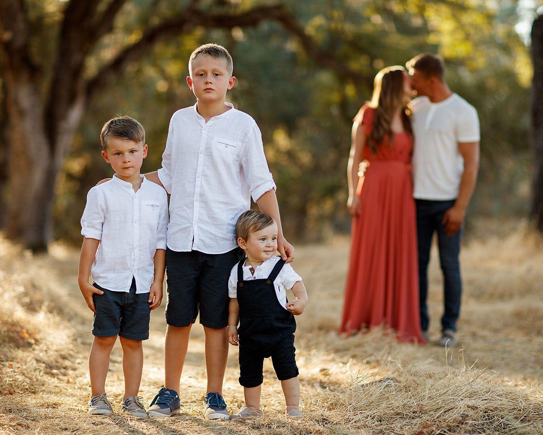 Outdoor Family Photography Ideas Family Outfits And Posing Tips Outdoor Family Photography Family Photo Outfits Family Photography Outfits