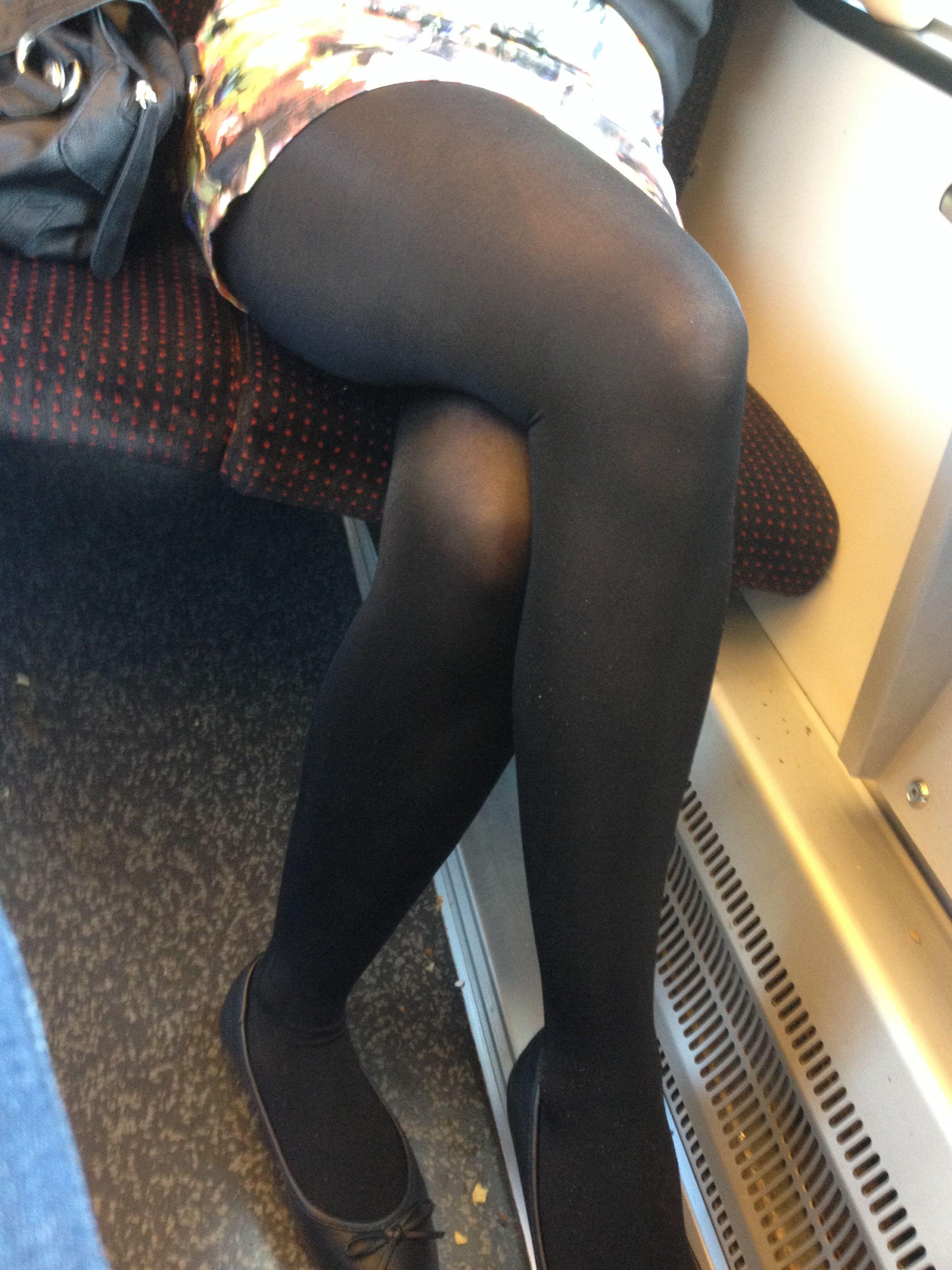Sexy legs in train geile sau zeigt ihren geilen beine im zug - 4 2