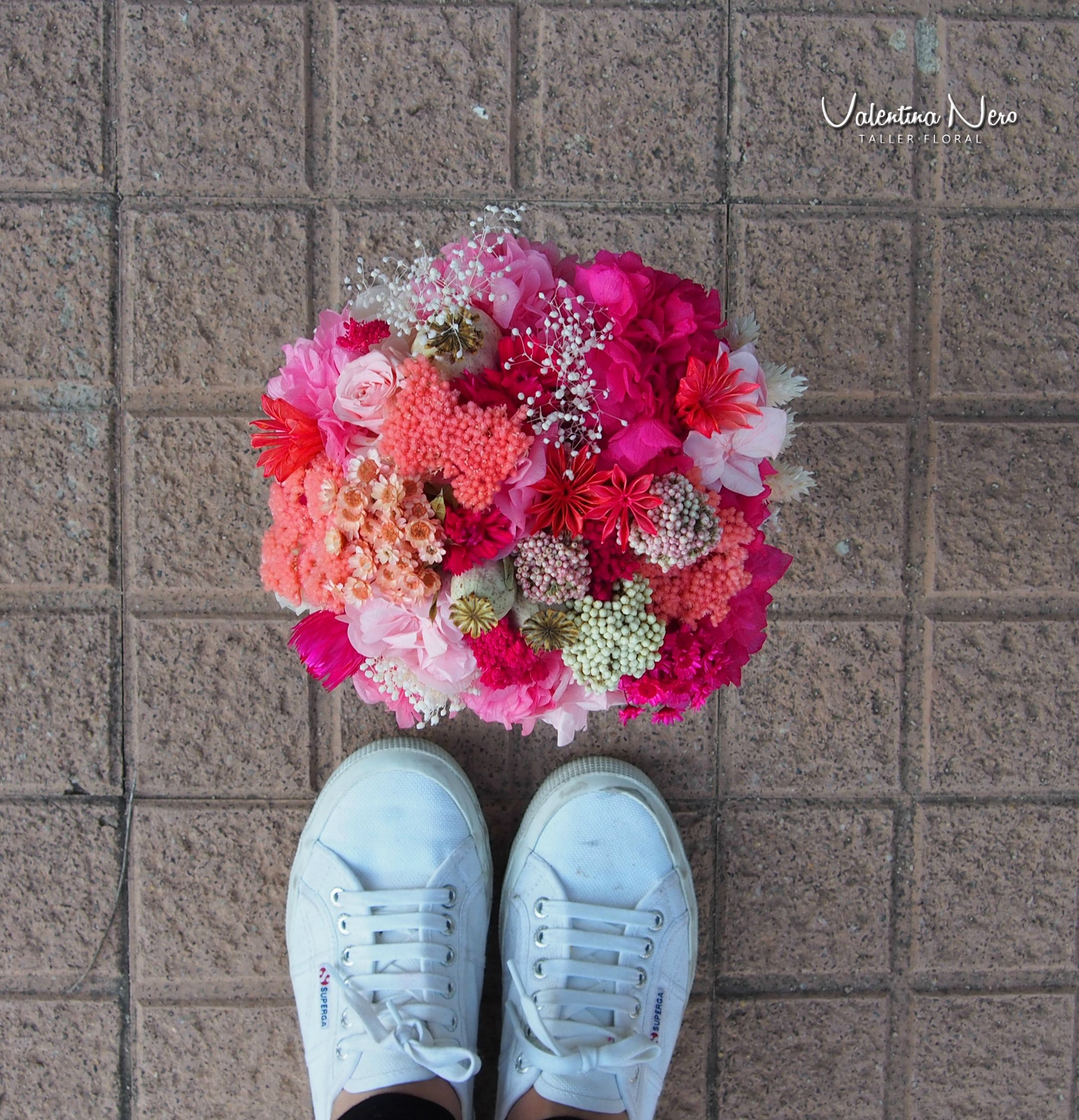 Ramo de novia de flores preservadas en tonos rosa y fucsia