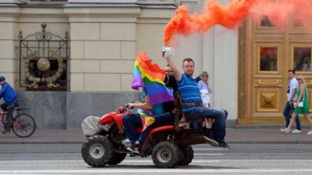 La policía rusa detiene al activista LGBT Nikolái Alekséyev por celebrar la marcha del Orgullo Gay en Moscú