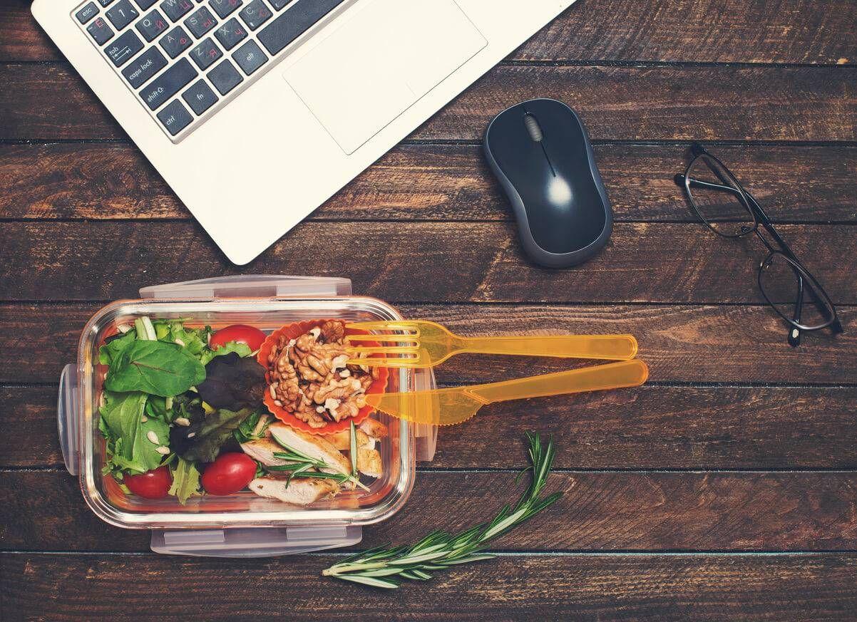 En raison du rythme de vie en entreprise, il n'est pas évident de manger équilibré à midi, surtout lorsque l'on a peu de temps. Découvrez les bons gestes !