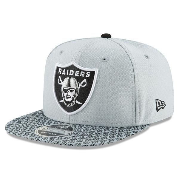 the best attitude ad7e1 31b8d Oakland Raiders New Era 2017 Sideline Official 9FIFTY Snapback Cap