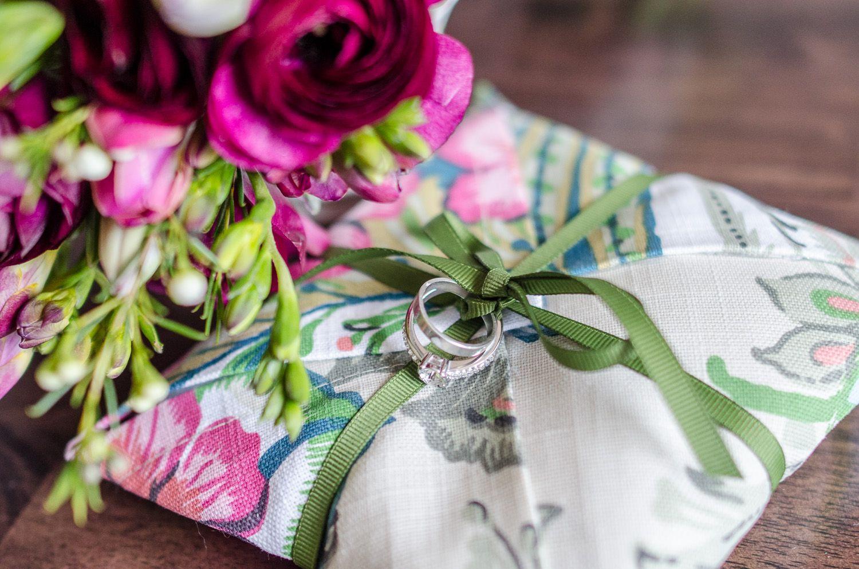 이미지 출처 http://www.capitolromance.com/wp-content/uploads/2014/03/DIY_napkin_ring_pillow-12.jpg