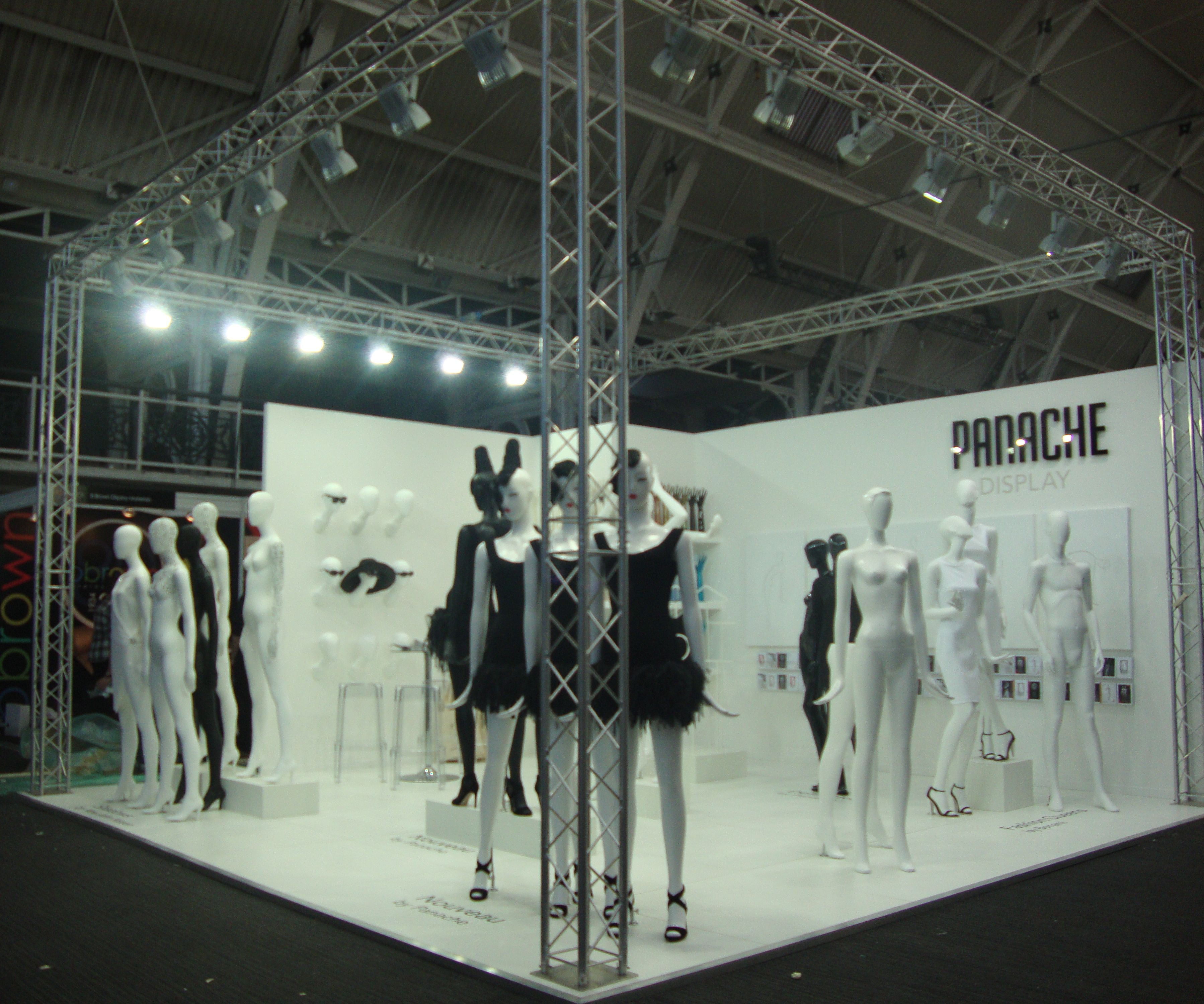 Yayoi Kusama, psicodélia convertida en moda y arte ... |Curved Line Display Visual Merchandising