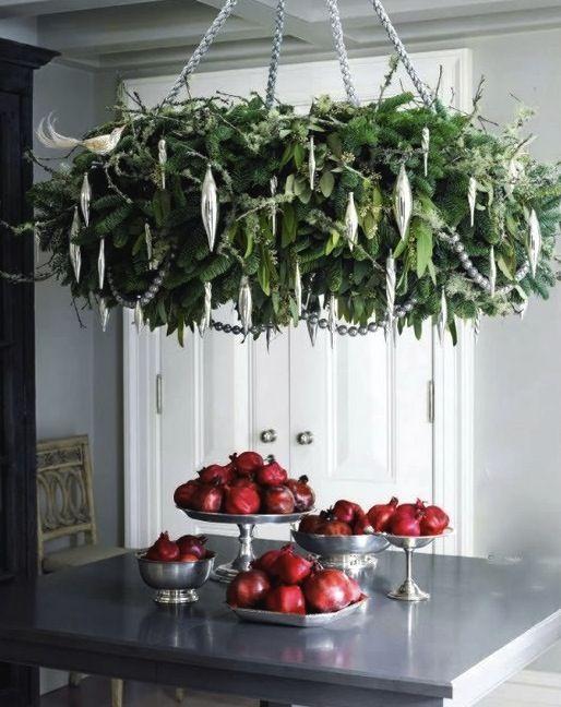 Que tal enfeitar seu #lustre com ramos verdes para #decoração de natal? Romãs e maçãs vermelhas à mesa complementam a decoração com bastante elegância. #ficaadica #DIY #Natal