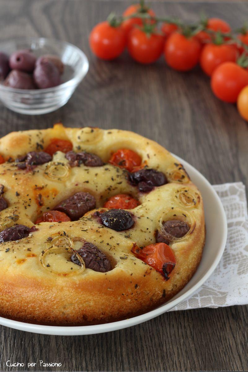 Ricetta Focaccia Con Pomodorini.Focaccia Pugliese Ricetta Con Pomodorini Cipolla E Olive Alta Soffice Ricette Cibo Siciliano Ricette Di Cucina