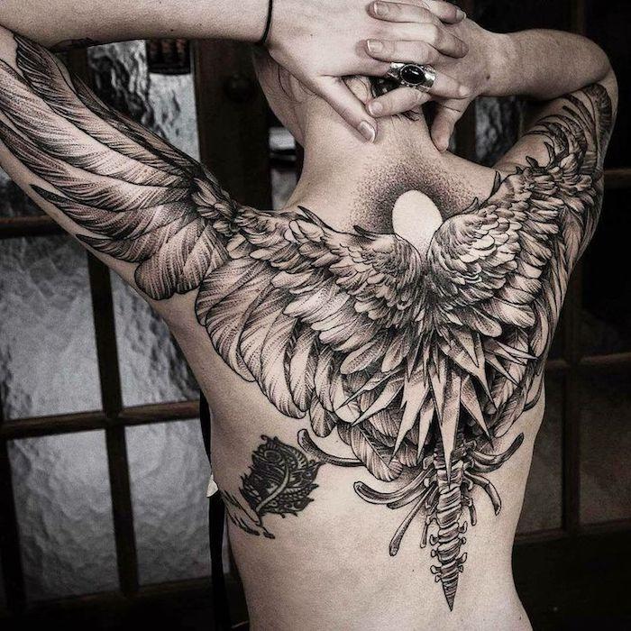 adler tattoo bedeutung, mann mit großer tätowierung am rücken und an der schulter