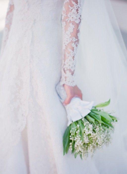 Η ανθοδέτης μας Nisie έφτιαξε το πιο όμορφο και απλό μπουκέτο με κρινάκια. Φωτογραφία: Amy and Stuart Photography