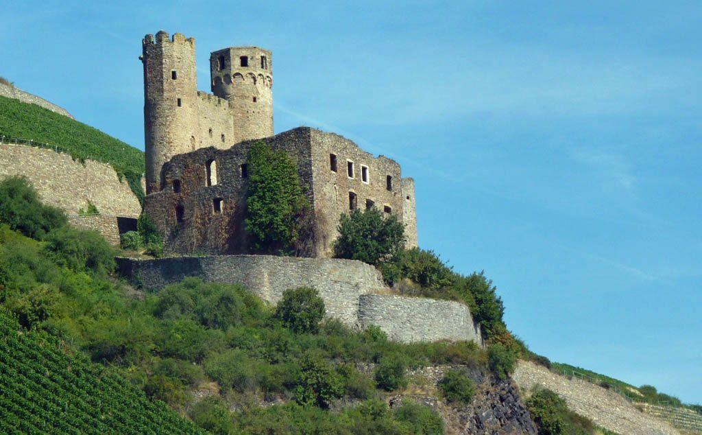 Schloss Ehrenfels bij Rüdesheim gezien vanaf ons schip tijdens een Rijncruise, rechter oever