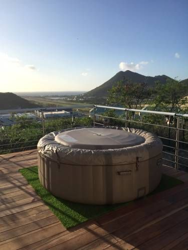 The Rock Orient Bay French St Martin Set in Orient Bay French St Martin, 5 km from Saint Martin, The Rock features a barbecue and hot tub. The accommodation boasts a hot tub. Free WiFi is featured and free private parking is available on site.  All units include a seating area.
