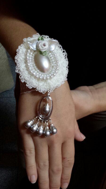 Pulsera con camafeo y detalles con perlas