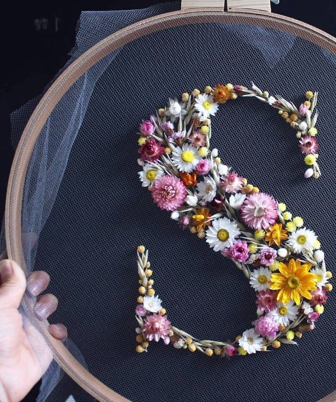 How to make embroidery hoop art with dried flowers. Olga Prinku shares her simple step by step DIY tutorial to create your own alphabet initial hoop with hydrangea, eucalyptus, mimosa and spring flowers. Click through for other stunning ideas you'll love to try too#embroideryhoop#embroideryhoopart#driedflowers#frombritainwithlove#olgaprinku#DIY#tutorial#howtomake#embroideryhoopcraft#initial#alphabet
