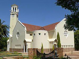 Die huidige gebou van die NG gemeente Somerset-Wes, ontwerp in 1940 deur Wynand Louw.