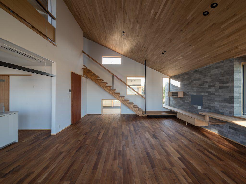 北林泉の家 羽目板の勾配天井で2階と繋がるldk キッチン リビング