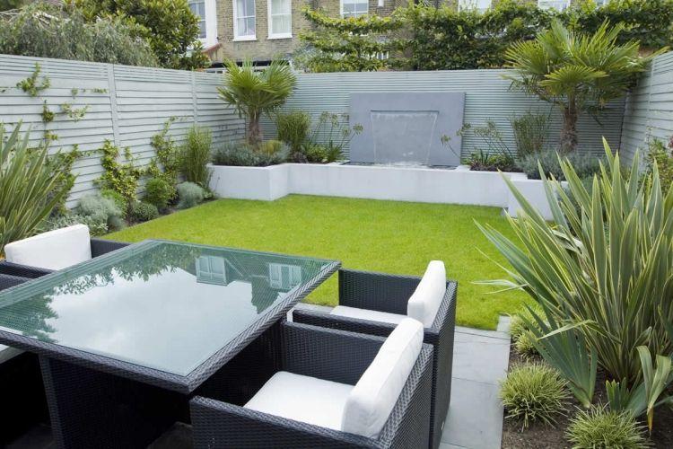 kleiner Garten mit hohem SIchtschutzzaun und grünem Rasen - gartengestaltung beispiele kleine garten