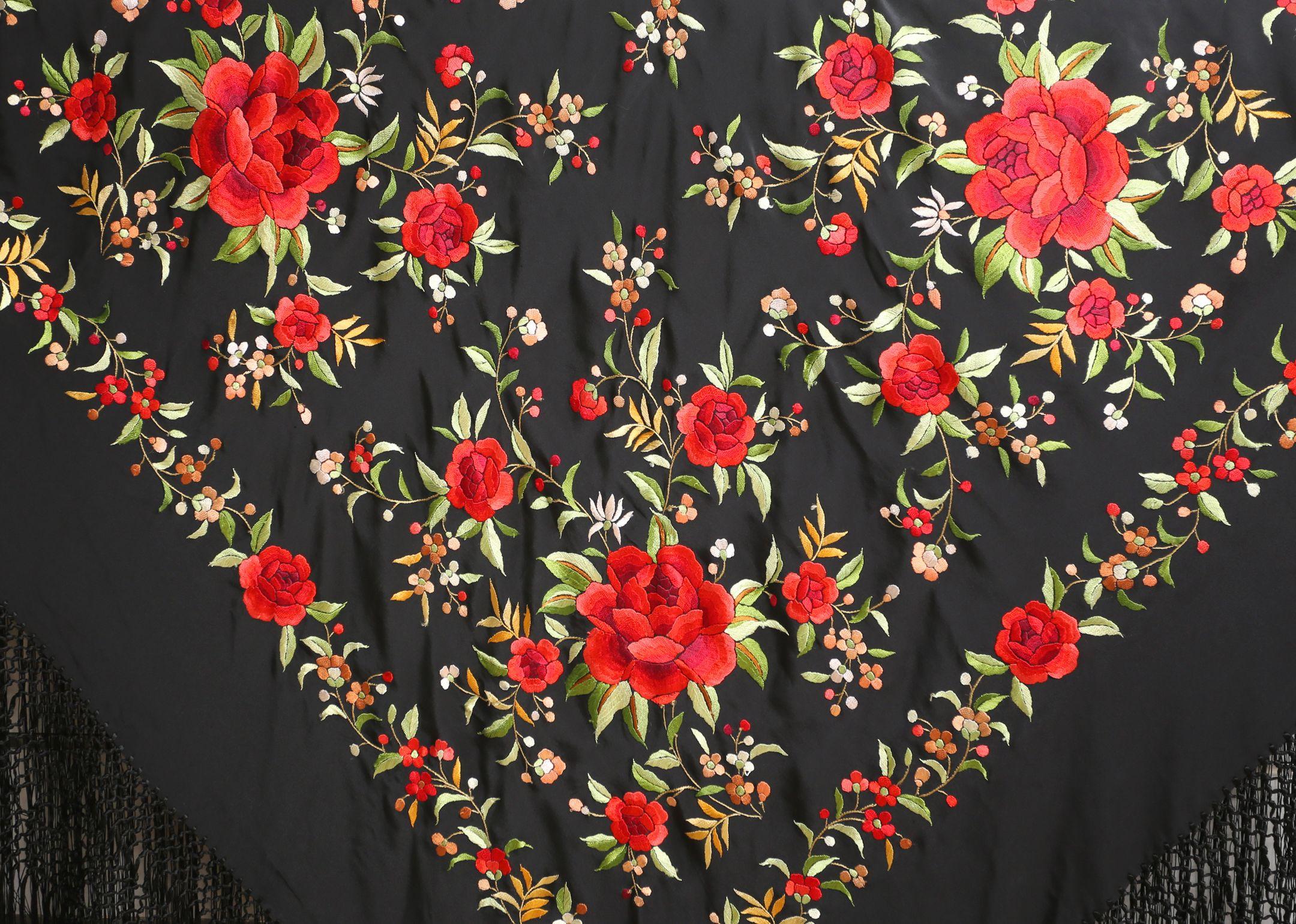 5bc0a5f68b8e4 Mantón negro con flores rojas