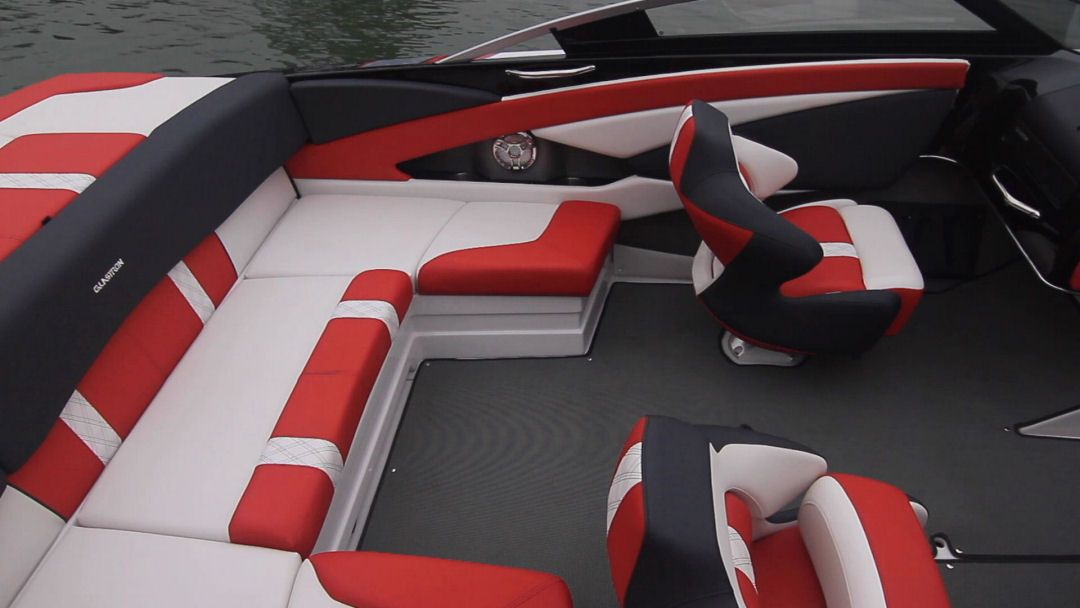 Glastron GTS 225: U-shaped seating aft and bucket seats just