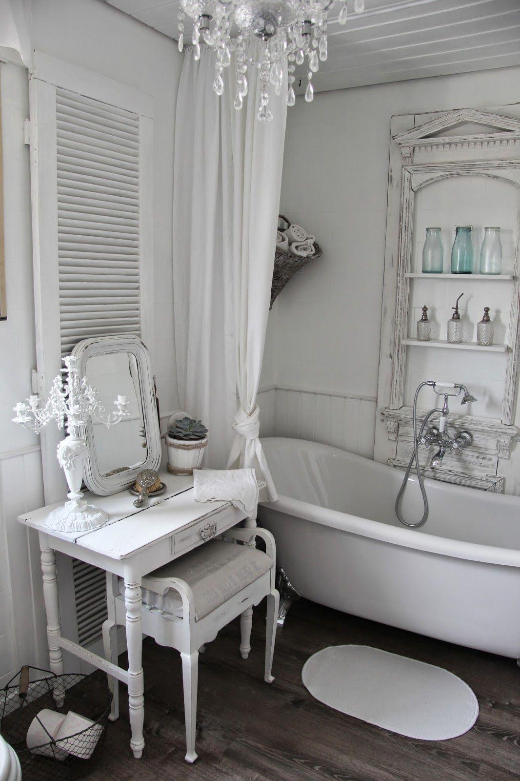 Badezimmer Mit Schmicktisch, Weiße Romantische Landhausmöbel, Vintage  Möbel, Shabby Chic Style