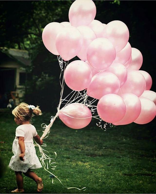 Los globos rosas tienen algo especial. Se acaba el fin de semana pero mañana a primera hora estamos listas para contaros los mejores planes, direcciones secretas, nuevas marcas y nuevos destinos en familia. www.charhadas.com  #charhadas @sarah_newman_photography#friendship #party #happy #cute #photooftheday #live #smile #lovethem #bestfriend #children #childrenphoto #love #cute #sweet