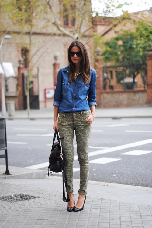 7 Formas De Usar Un Pantalon Camuflado Pantalones De Camuflaje Ropa Pantalones Camuflados Mujer